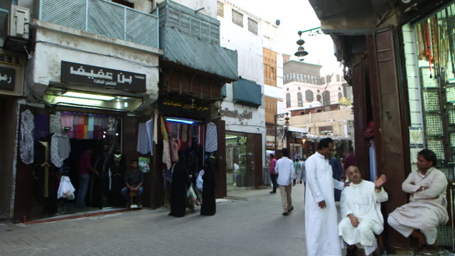 tilt-up of market, in al-balad, the historic centre of jeddah. - サウジアラビア点の映像素材/bロール
