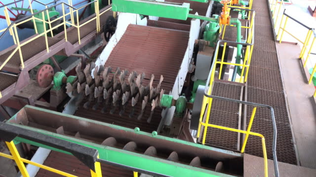 vidéos et rushes de tilt-up of old machinery belonging to a discontinued sugar mill in the outskirts of the city of caibarien. the proximity of the place to the northern... - obsolète