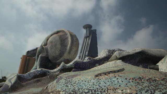 vidéos et rushes de tilt-up of wave roundabout. - jiddah