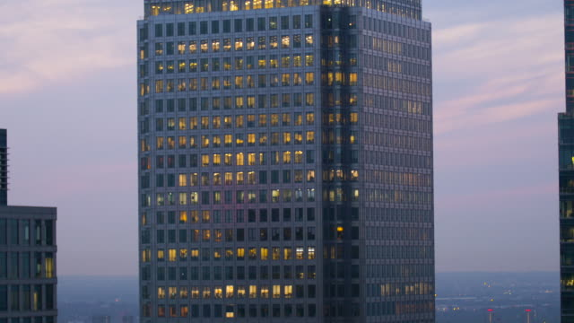 tilt-up one canada square. canary wharf. london. - fensterfront stock-videos und b-roll-filmmaterial