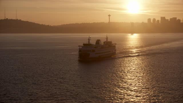 vídeos y material grabado en eventos de stock de tilt-up shot of the bainbridge island ferry at sunrise - bahía de elliott