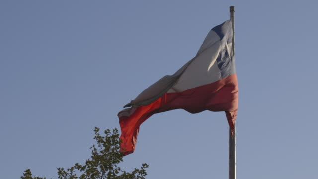 vídeos de stock e filmes b-roll de tilt-up to chilean flag flying - chile