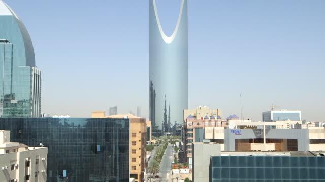 tilt-up to the distinctive parabolic arch of the kindgom centre in riyadh. - riyadh stock videos & royalty-free footage