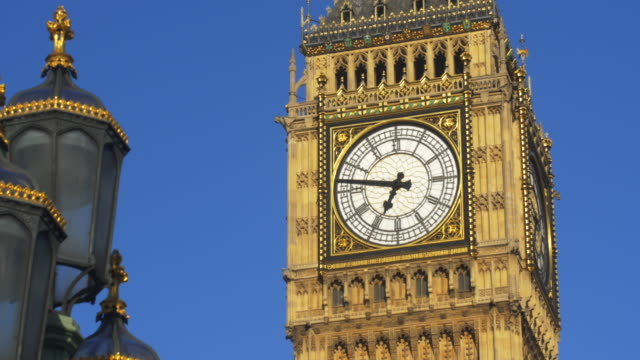 tilt-up to the famous clock face of big ben - turmuhr stock-videos und b-roll-filmmaterial