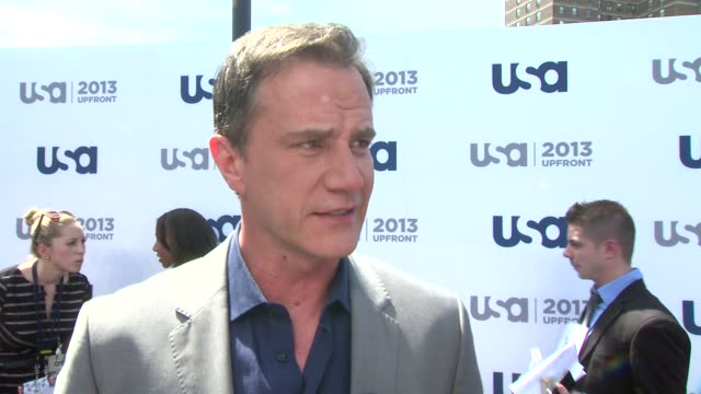 interview tim dekay on the 5th season of white collar and modern family joining the usa team at usa network 2013 upfront event at pier 36 on may 16... - white collar worker点の映像素材/bロール