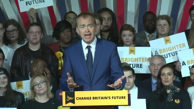 vidéos et rushes de tim farron saying the people should have the final say on the brexit deal at the launch of the party's manifesto - pupitre