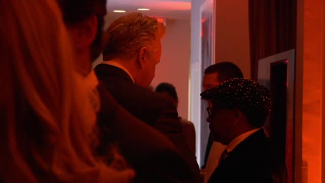 vídeos de stock e filmes b-roll de tim robbins and spike lee at the inside the vanity fair oscar party 2010 at west hollywood ca - west hollywood
