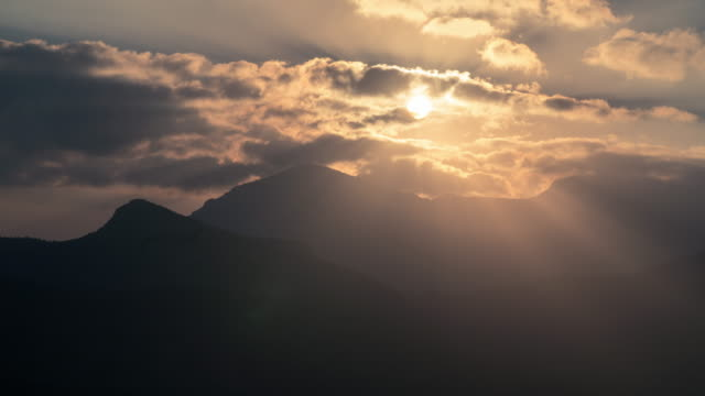 vídeos y material grabado en eventos de stock de timalapse de salida del sol sobre cañones - omán