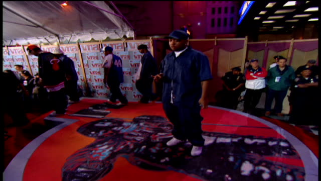 vídeos de stock e filmes b-roll de timbaland arriving at the 2002 mtv video music awards red carpet - 2002