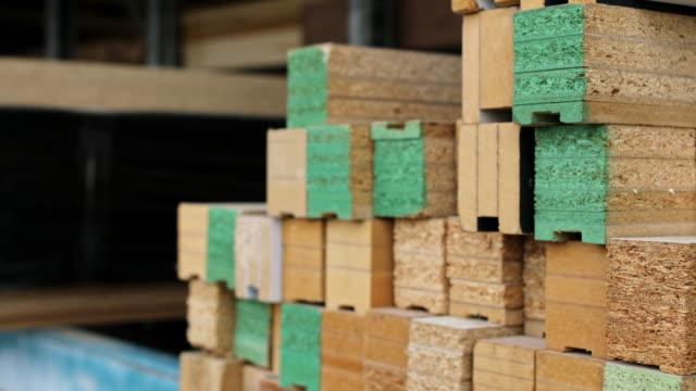 vidéos et rushes de échantillons de bois dans la boutique de menuiserie - planche de bois