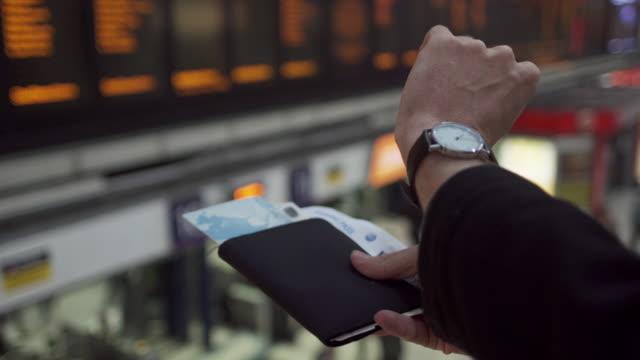 時間板文書手 - 飛行機の搭乗券点の映像素材/bロール
