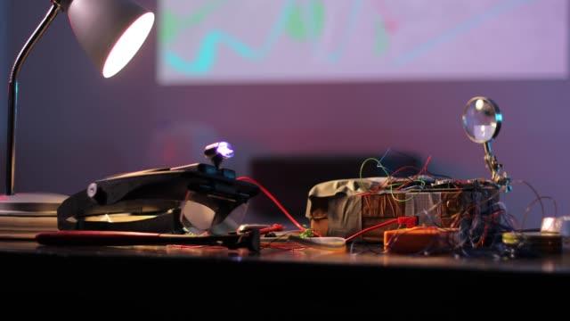 vídeos y material grabado en eventos de stock de bomba de tiempo en la mesa en el taller terrorista - haz de luz