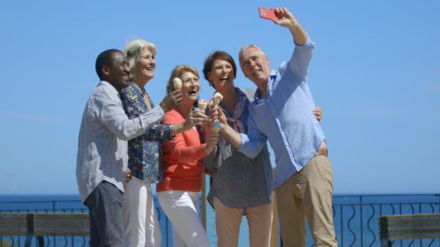 vídeos y material grabado en eventos de stock de tiempo para un selfie - 60 69 años