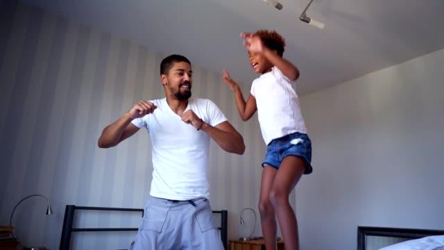 vídeos y material grabado en eventos de stock de hora de divertirse con papá - saltar actividad física