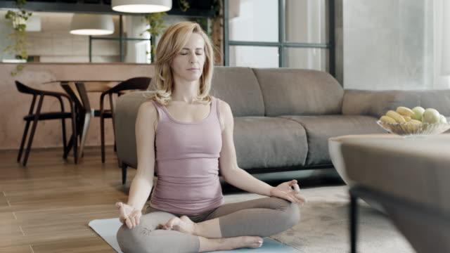 stockvideo's en b-roll-footage met tijd voor yoga - in kleermakerszit
