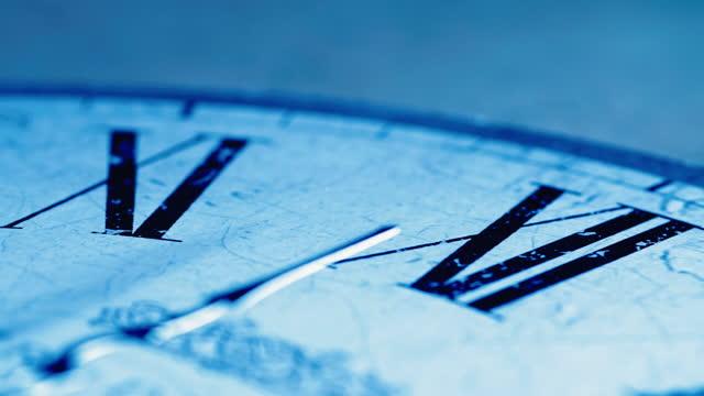 vídeos y material grabado en eventos de stock de el tiempo corre. la medianoche llega en la víspera de año nuevo. - anticuario anticuado