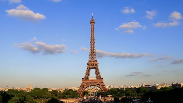 vídeos y material grabado en eventos de stock de lapes el tiempo: torre de eiffel en parís, francia - capitel