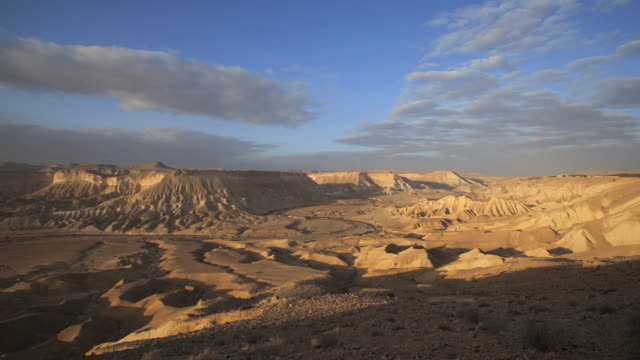 time laps- clouds moving over the landscape of zin valley in the negev desert, israel - 荒野点の映像素材/bロール