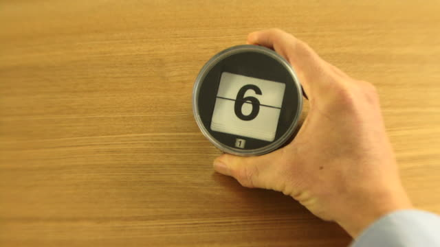 stockvideo's en b-roll-footage met ws, time laps, counting down days of month on desk calender. - 30 39 jaar