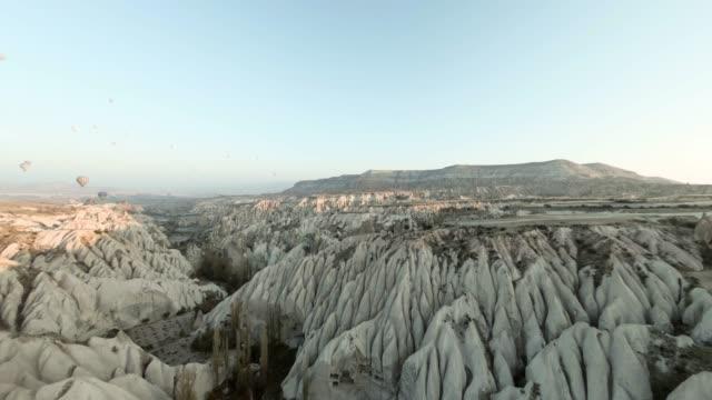 vídeos de stock e filmes b-roll de time lapse: 360 view of hot air balloons in cappadocia, turkey - vista de 360 graus