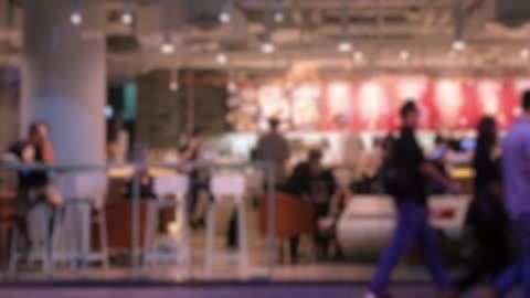 vídeos y material grabado en eventos de stock de lapso de tiempo de 4 k 4096 x 2160: la multitud en restaurante comida rápida desde fuera en la noche con prores 422hq. - restaurante de comida rápida