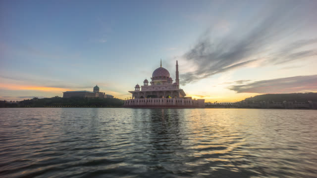 time lapse 4k footage of beautiful night to day sunrise at putra mosque, putrajaya showing a moving and changing color clouds. - putrajaya stock videos & royalty-free footage