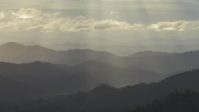 Zeitraffer 4 k der berg, des höchsten Berges in der Thailand der Provinz Kanchanaburi, festgehalten in dunkler