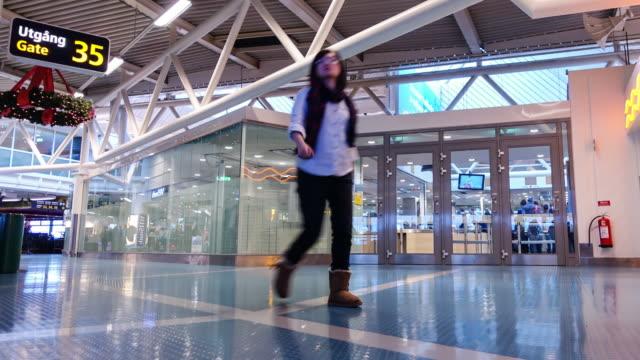 vidéos et rushes de time lapse 4k: personnes foule de voyageur à l'aéroport, suède - suède