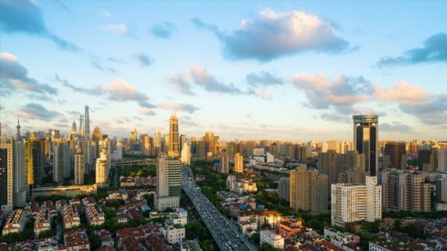 Zeitraffer: 4 K Zeitraffer - erhöhten Blick auf die Skyline von Shanghai bei dramatischen Sonnenuntergang.