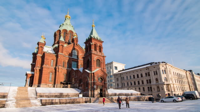 time lapse 4k : tourists travel to uspensky cathedral in helsinki, finland - finlandia video stock e b–roll