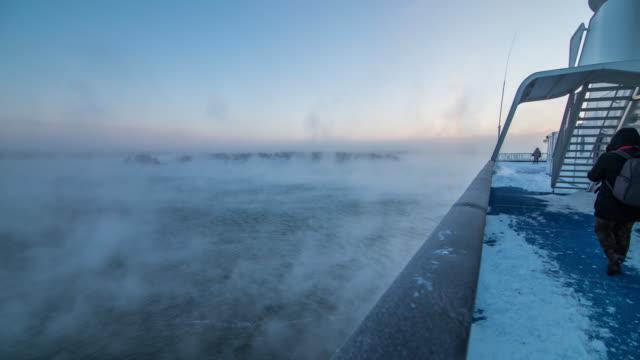 stockvideo's en b-roll-footage met tijd lapse 4k: uitzicht vanaf cruise schip silja line reizen in de ochtend naar helsinki, finland - haven