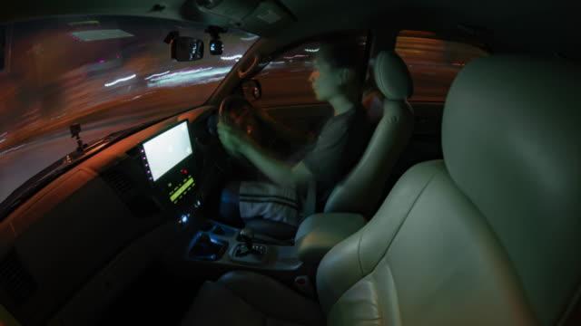 tidsfördröjning en man som kör på vägen på natten - bilperspektiv bildbanksvideor och videomaterial från bakom kulisserna