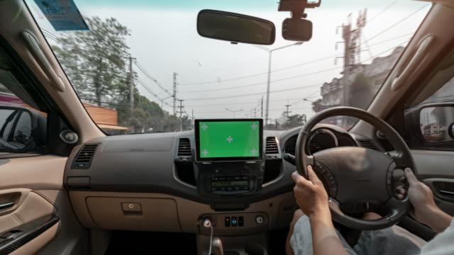 タイムラプスグリーンスクリーンダッシュボードラジオタッチスクリーンエンターテイメントユニットで道路を運転する男 - フロントガラス点の映像素材/bロール