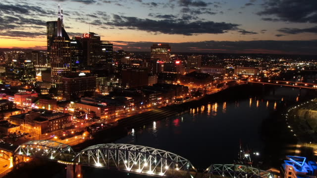 vídeos de stock e filmes b-roll de time lapse aerial: nashville skyline at night with lit buildings and bridges over cumberland - tennessee