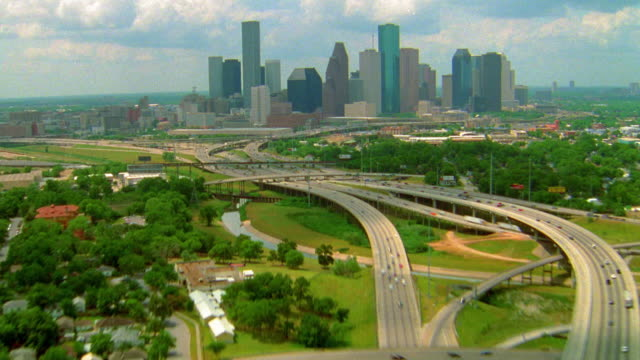 vídeos de stock, filmes e b-roll de time lapse aerial point of view over traffic on highway and over houston skyline / texas - sparklondon