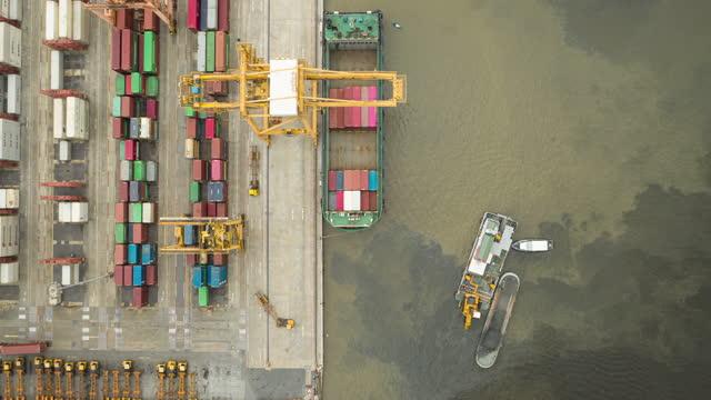 4k zeitraffer : luft-top-ansicht bagger betrieb auf wasser am terminal kommerziellen hafen. - fortschritt stock-videos und b-roll-filmmaterial