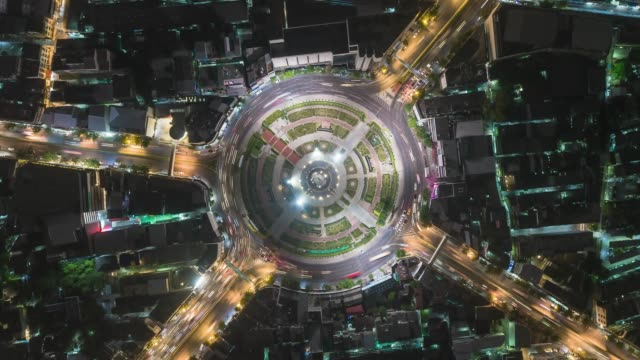 vidéos et rushes de 4k time lapse : aerial top view highway road roundabout or intersection roundabout, circle at night for transportation, distribution or traffic concept. - échangeur