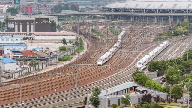 列車駅、北京、中国 (パン) のグループの時間経過-航空写真ビュー - 高速列車点の映像素材/bロール