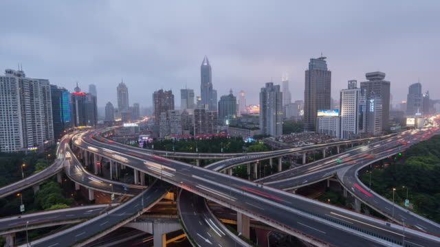 vidéos et rushes de effet time-lapse-vue aérienne de longue pont de shanghai, de jour comme de nuit (ws ha zoom arrière) - échangeur