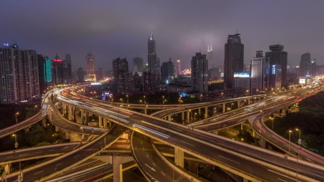 stockvideo's en b-roll-footage met tijd lapse - antenne weergave van de kruising van de drukke weg 's nachts, yan'an bridge (ws uitzoomen) - vork