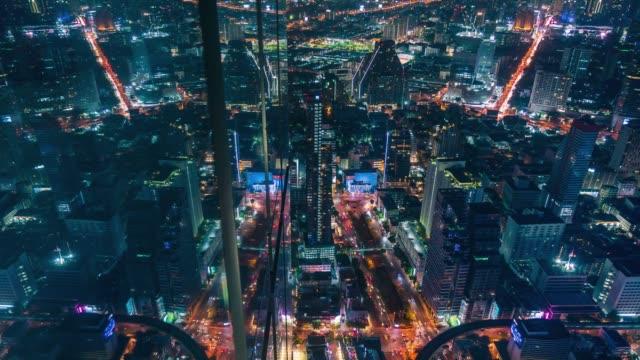 stockvideo's en b-roll-footage met 4 k time-lapse: luchtfoto van stadsgezicht stedelijke architectuur met reflectie van de bouw van de muur bij oogpunt. - avondjurk