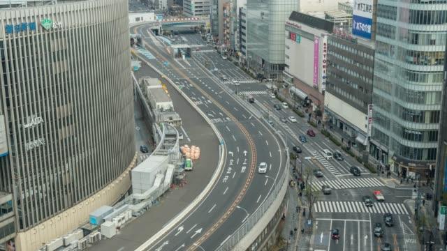 東京市の午後の時間に群集の車と横断歩道交差点銀座のトラフィックと高架橋の4k タイムラプス空中ビュー。日本文化構想 - 高速道路点の映像素材/bロール
