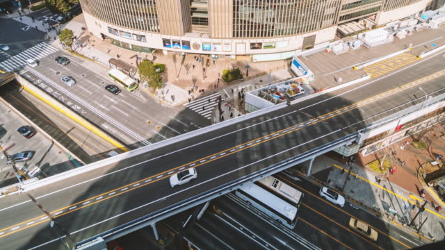 東京の群衆車と横断歩道交差点銀座の交通を持つ陸橋のタイムラプス空中写真 - 高速道路点の映像素材/bロール
