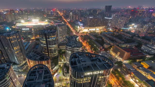 Tijd Lapse - luchtfoto van Sanlitun, Beijing stad lijnen, schemering naar nacht overgang