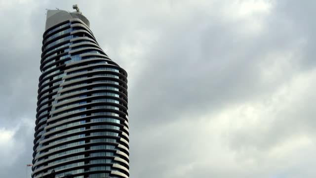 時間の経過、高層ビルが午後の日差しも雲の空撮 - バンコク県点の映像素材/bロール