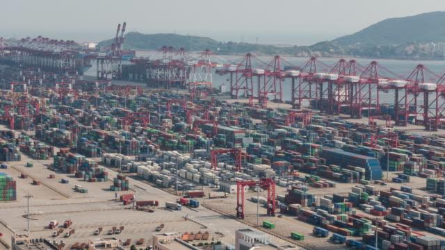 4kタイムラプス:コンテナ船を備えた最大の工業港の空中写真 - 最大点の映像素材/bロール