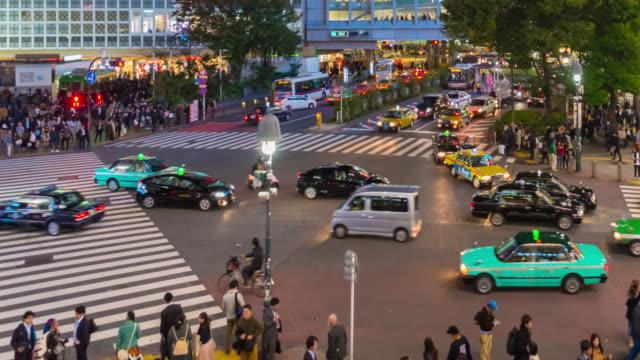 4K tidsfördröjning: Aerial View fotgängare korsningen Shibuya övergångsställe bil trafik Tokyo City Tokio Japan