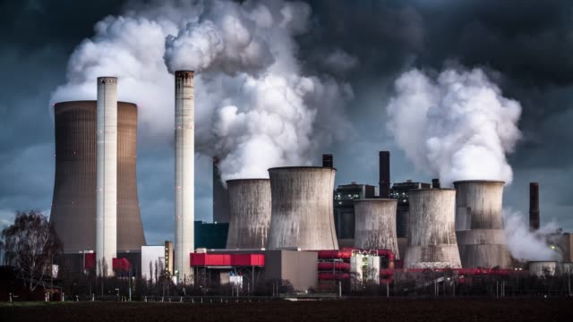 vídeos de stock e filmes b-roll de time lapse: air pollution by coal fired power station - gas station
