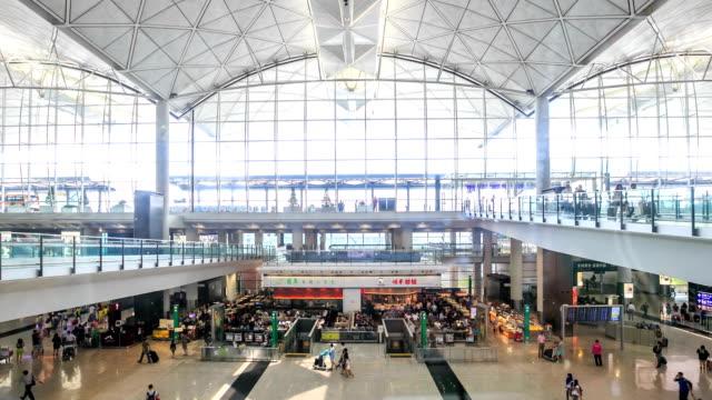 vidéos et rushes de hd temps qui passe: aéroport de départ - escalier