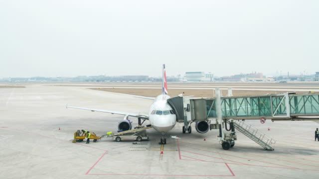 vídeos y material grabado en eventos de stock de 4 k lapso de tiempo :  el aeropuerto en shanghai - embarcar